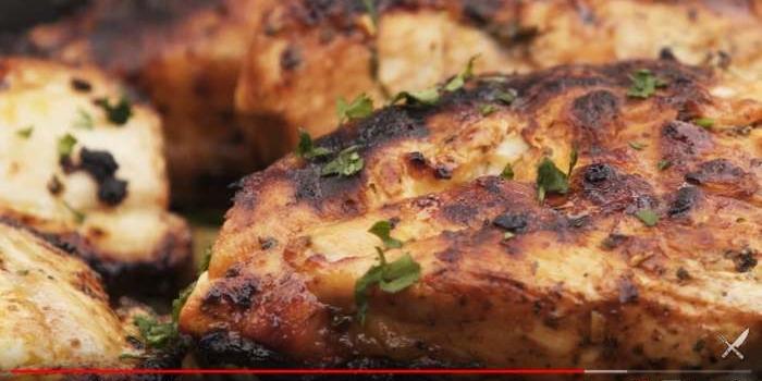 Aprende a cocinar pollo a la parrilla con una marinada muy especial