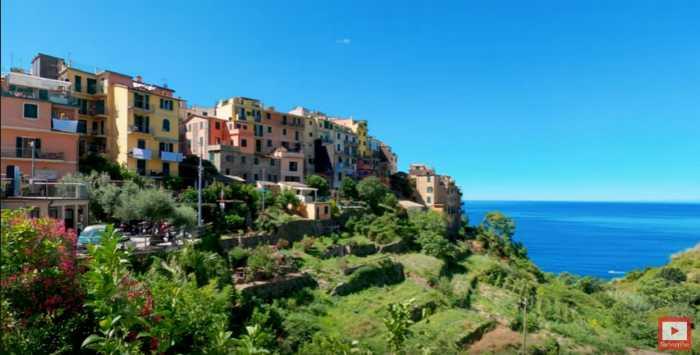 Pasea por la ciudad de Corniglia, Italia, sin moverte de tu casa