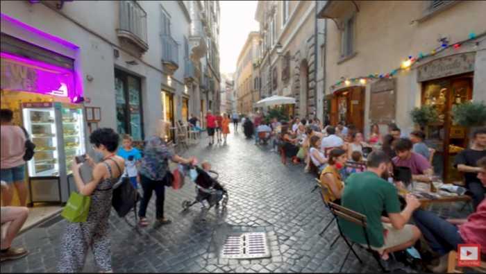Pase nocturno a pie por las calles de Roma